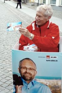 Herr Keil verteilt Infoblätter